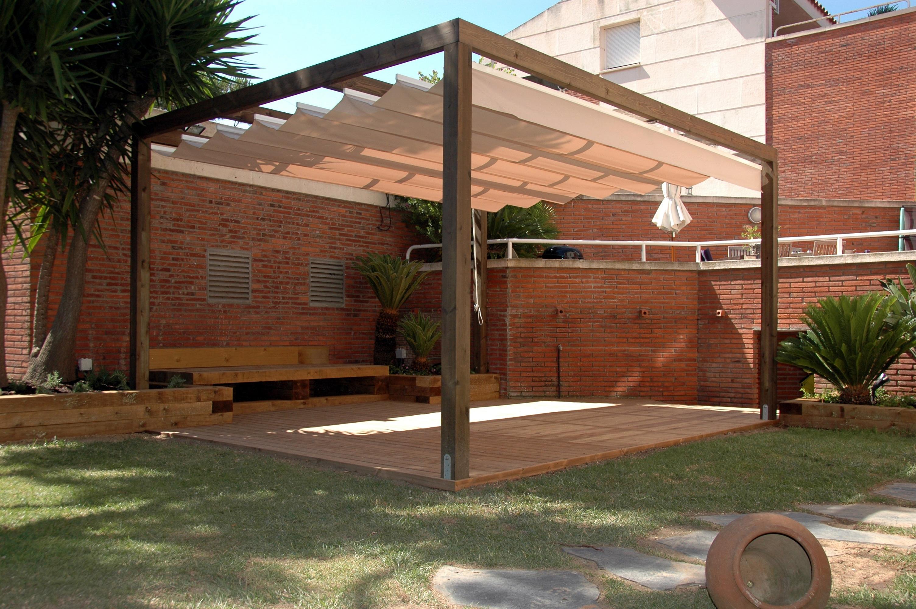 Pérgola de madera adosada a pared, teñida con toldo e instalada en Gavà (Barcelona)